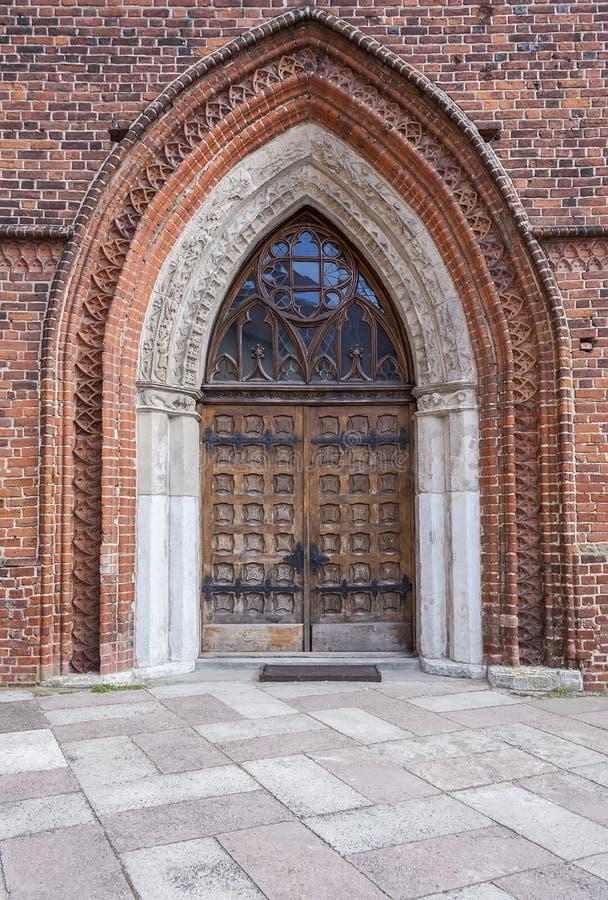 Porte décorée à l'archcathedral médiéval image stock