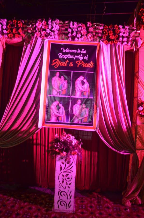 Porte décorée avec la bannière de nom pour l'occasion de sarclage photos stock
