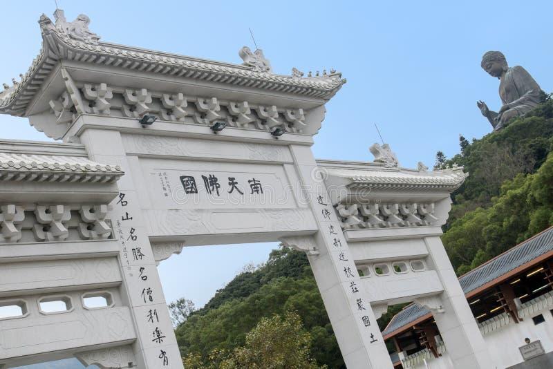 Porte décorative avec une vue à une statue de Bouddha images stock