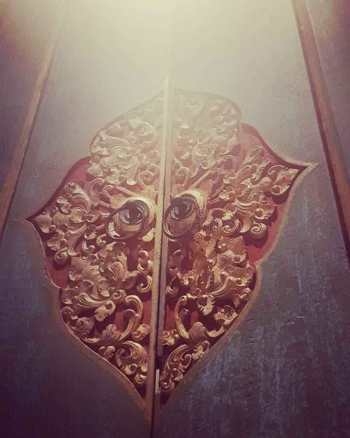Porte découpée par bois images stock