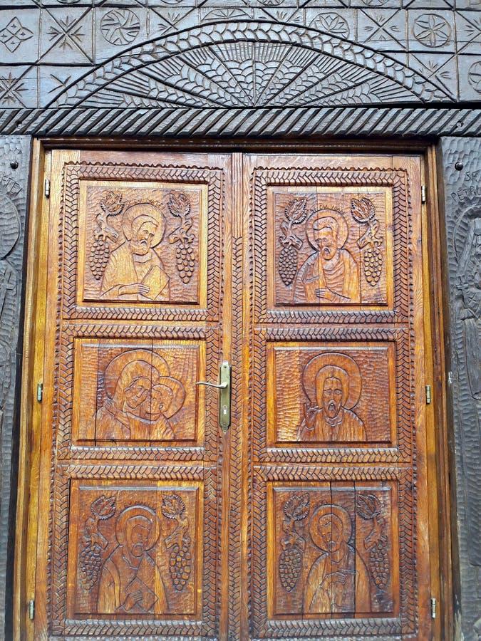 Porte d'église découpée en bois photo libre de droits