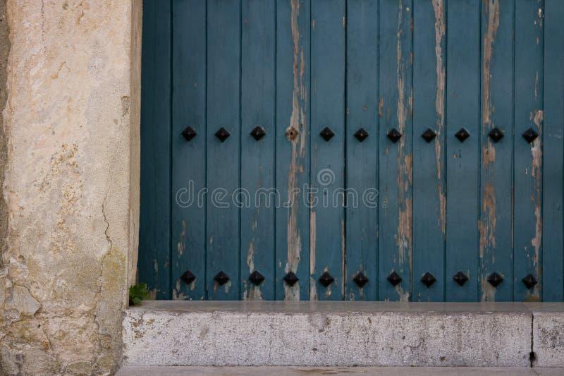 Porte d'église dans un village images stock
