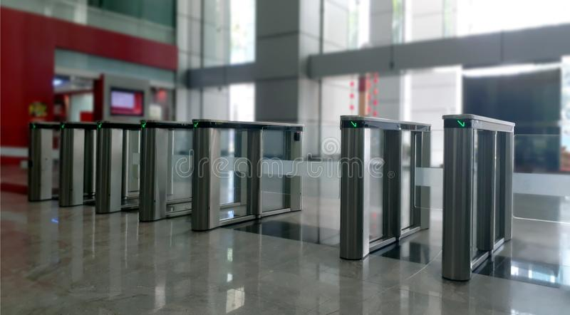 Porte d'accès d'entrée à la gare ferroviaire photographie stock libre de droits