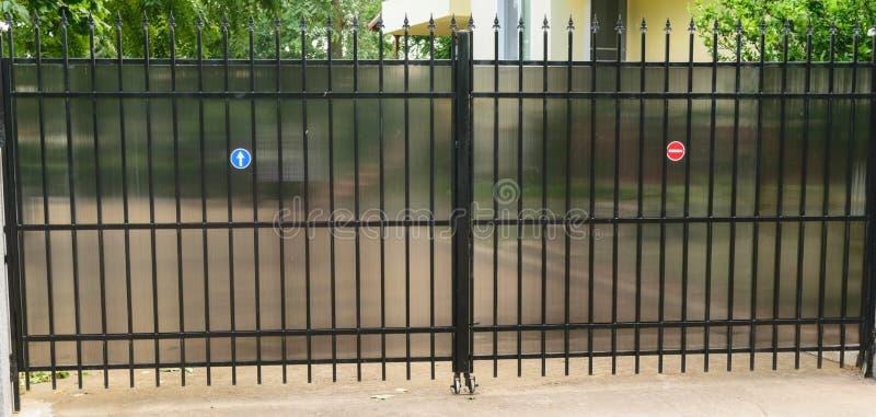 Porte d'accès résidentielle urbaine de voiture de propriété privée faite à partir de la tuyauterie et du polycarbonate en acier p image stock