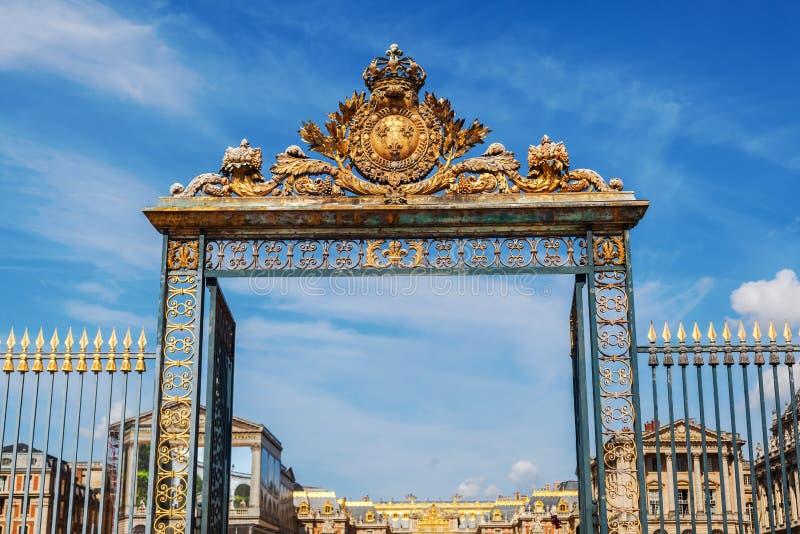 Porte d'or au palais de Versailles dans les Frances images stock
