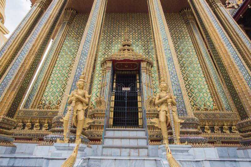 Porte d'or de temple thaïlandais et géants d'or image stock