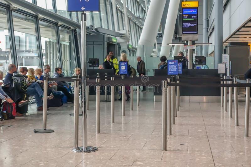 Porte d'embarquement sur le terminal 5 de Heathrow avec l'attente de personnes photos stock