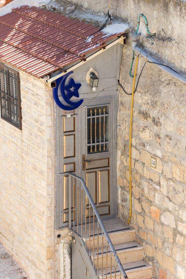 Porte d'entrée à la maison décorée d'une étoile et d'un croissant près de la porte de Damas dans la vieille ville de Jérusalem, I photo stock
