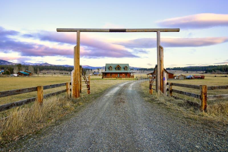 Porte d'entrée à une maison en bois gentille de ranch avec le beau paysage photographie stock libre de droits