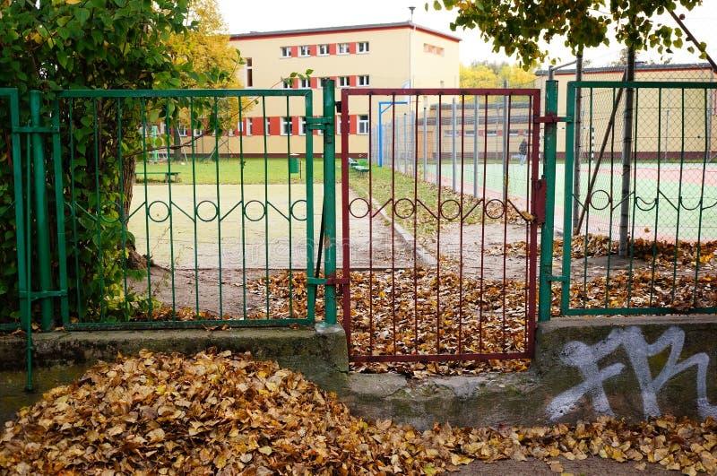 Download Porte d'entrée image stock. Image du herbe, grille, récréation - 45350445