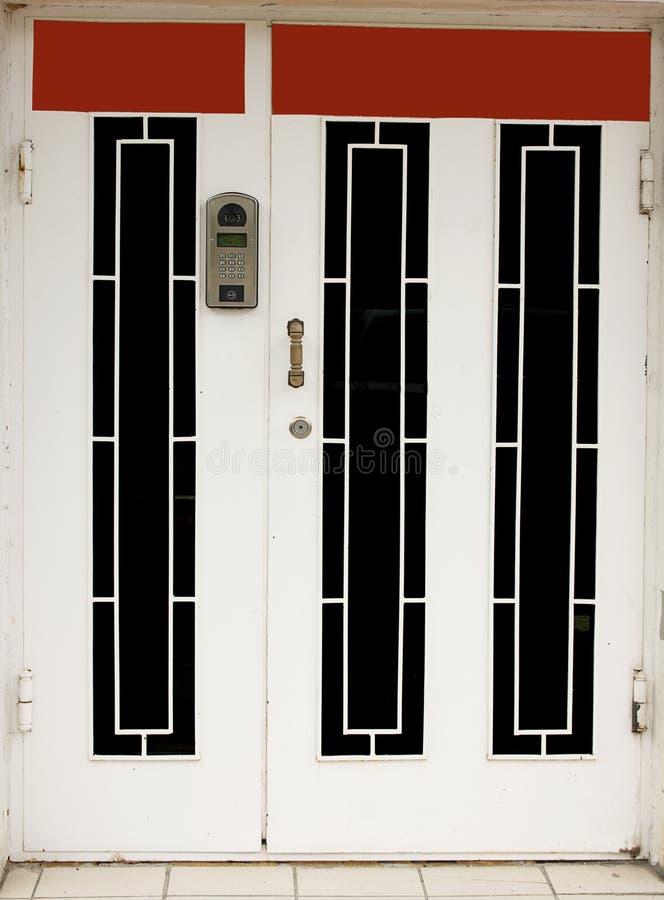 Porte d'entrée avec l'interphone image stock