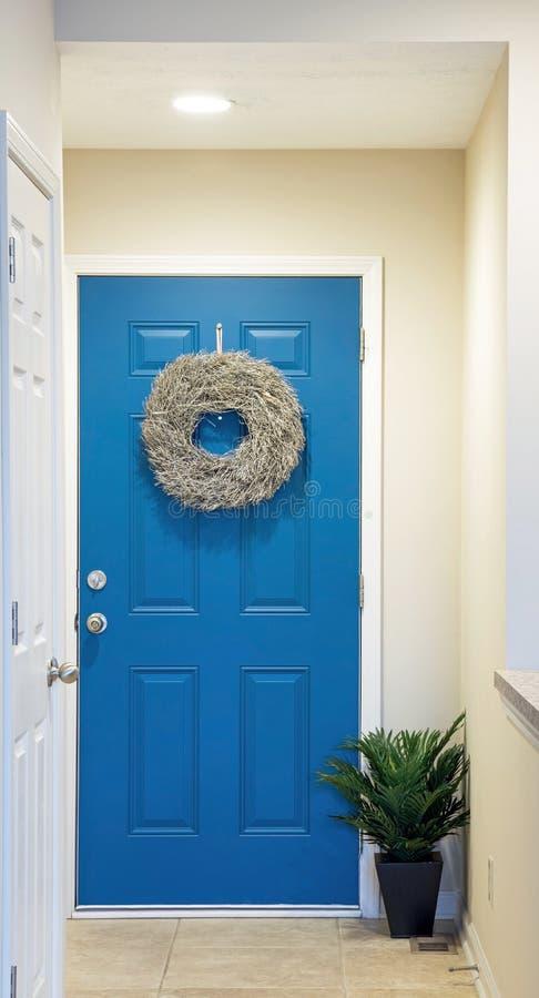 Porte d'entrée bleue avec la guirlande argentée de brindille images libres de droits