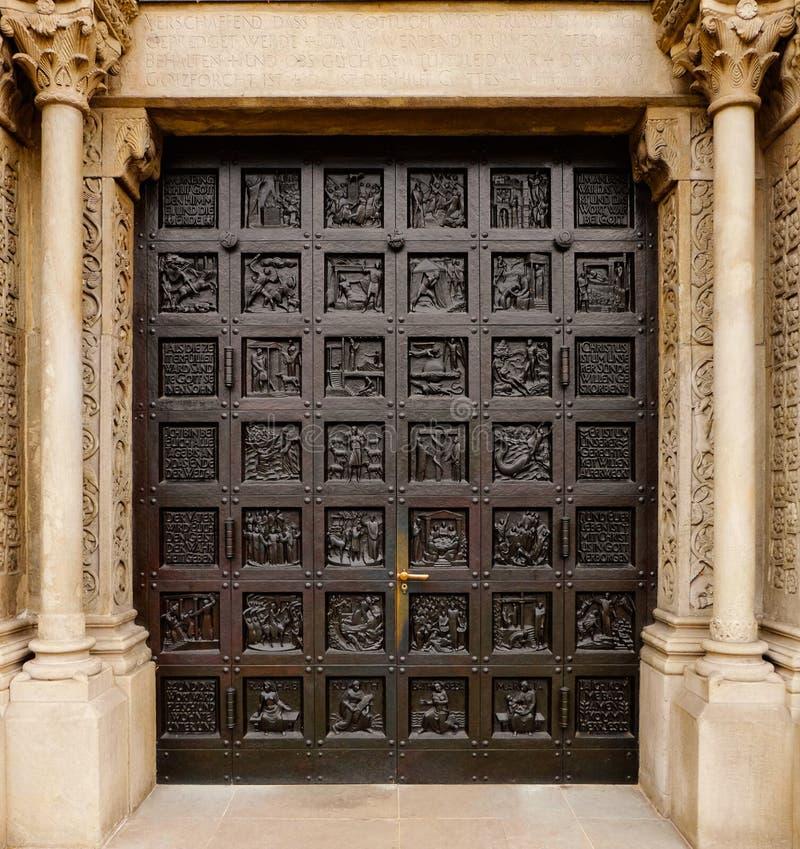 Porte d'entrée de l'église protestante de Grossmunster la grande cathédrale de Minster à Zurich, Suisse photos stock