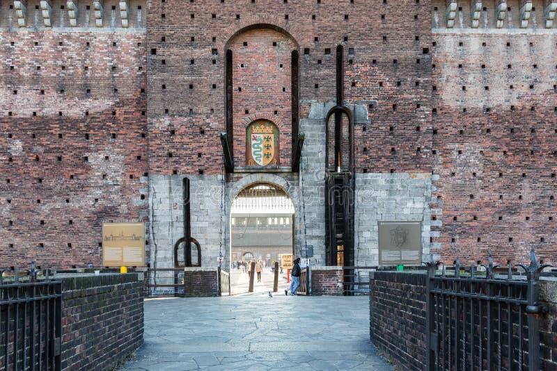 Porte d'entrée du château de Sforzesco avec le pont-levis image stock