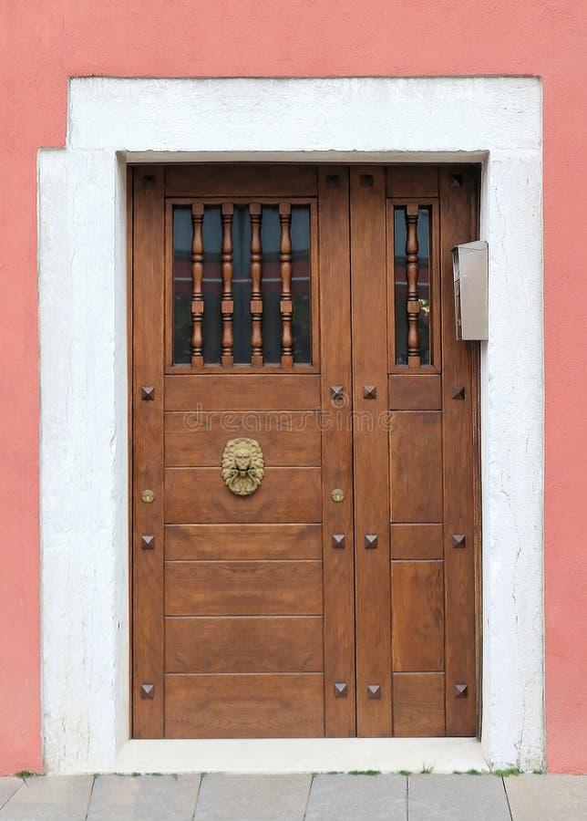 Porte d'entrée fermée avec l'interphone photographie stock libre de droits