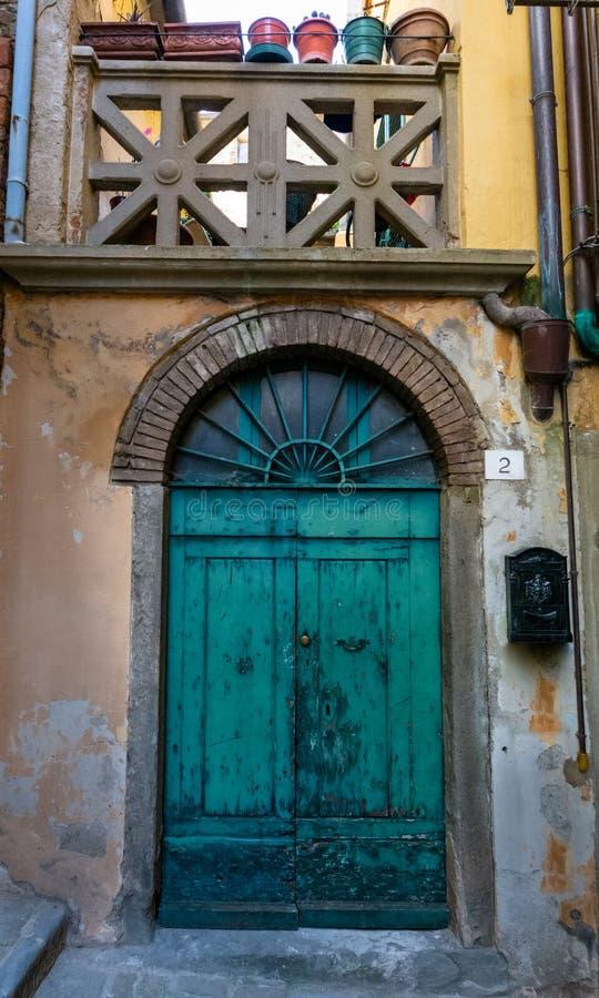 Porte d'entrée verte colorée unique dans Itlay photographie stock