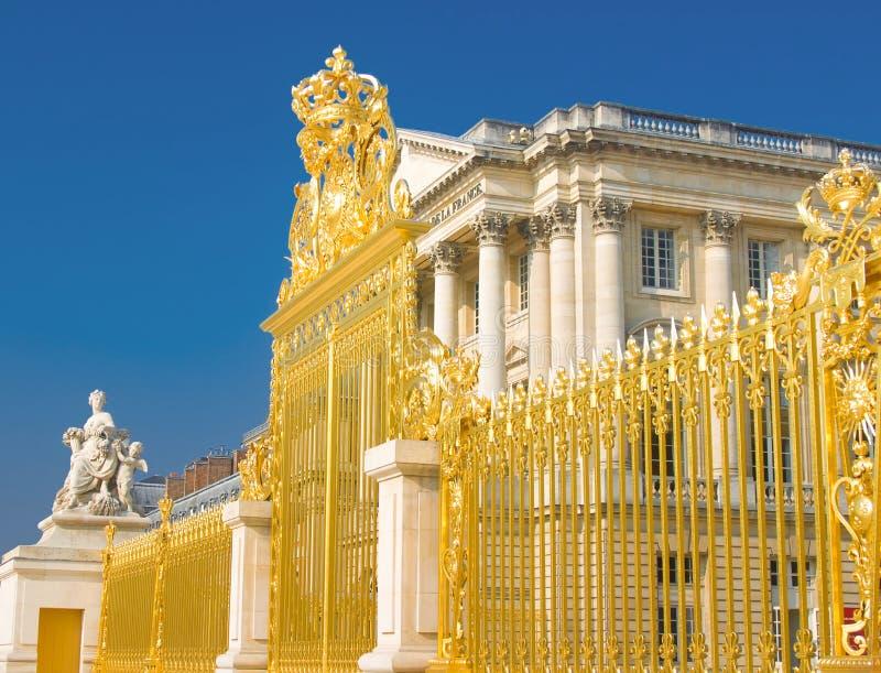 Porte d'or et façade de palais à Versailles photo libre de droits