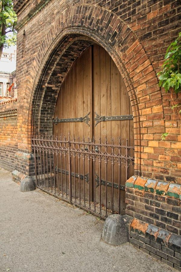 Porte d'hôpital décorée de la ferronnerie - vieux Prague photographie stock