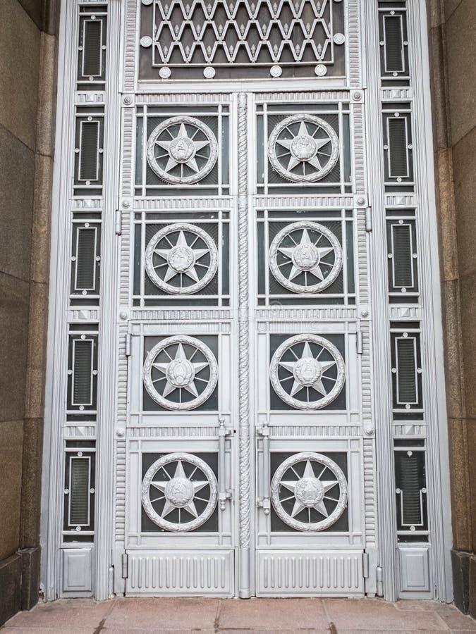 Porte d'ingresso del Ministero degli affari esteri con stelle e simboli sovietici fotografie stock