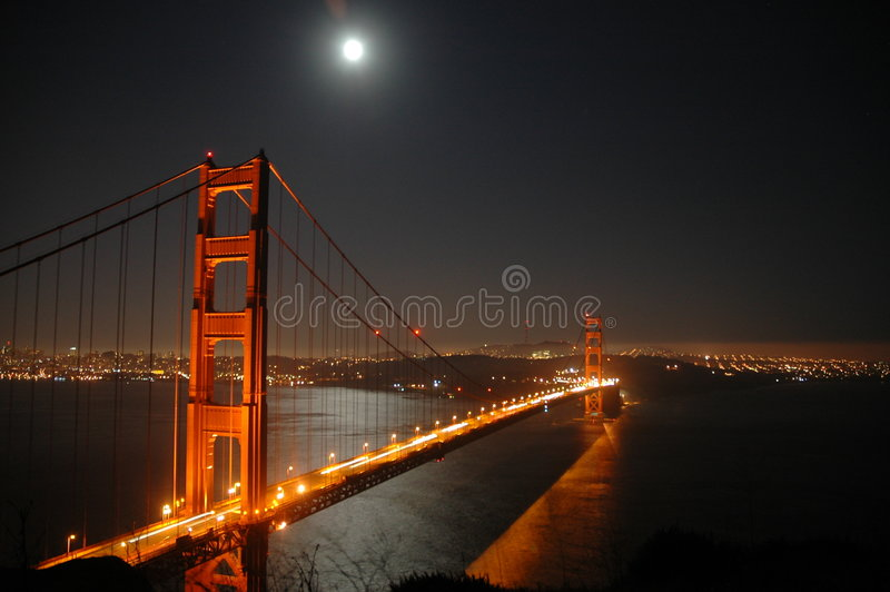 Porte d'or par nuit. images stock