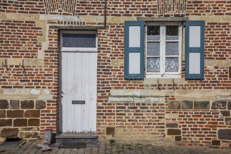 Porte d'une vieille maison à l'abbaye de Vlierbeek à Louvain image stock