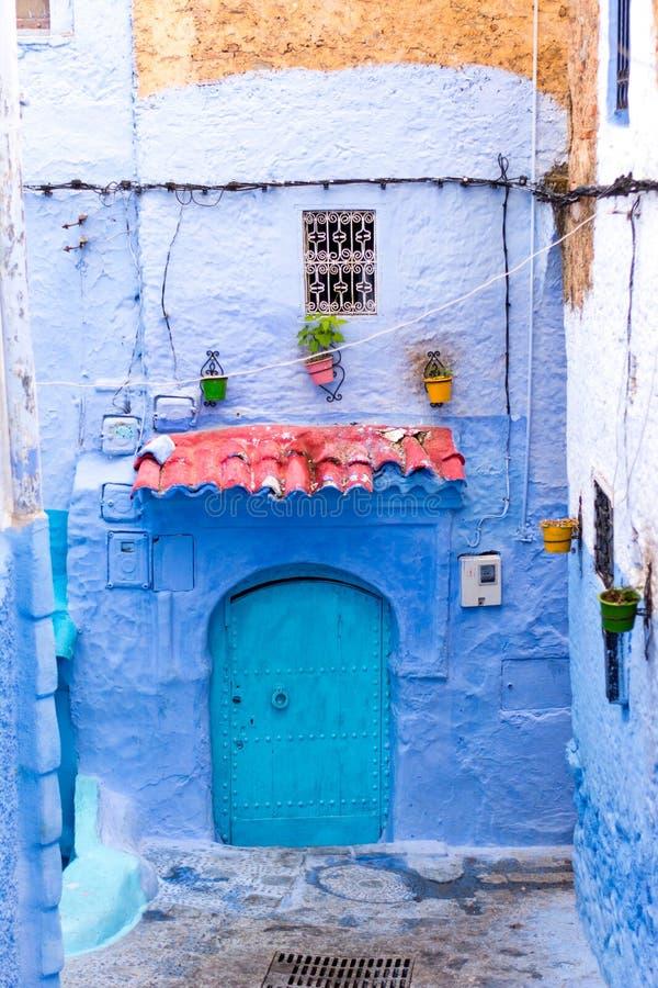 Porte dans Chefchaouen, Maroc photo stock