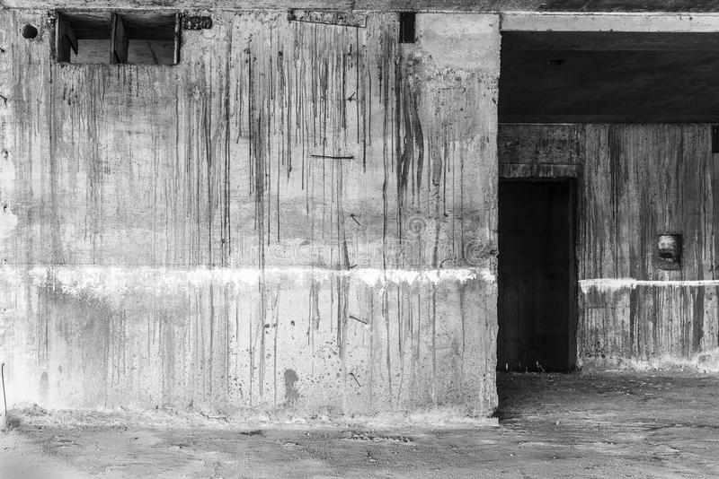 Porte dans le bâtiment abandonné image libre de droits