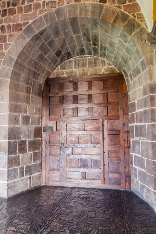 Porte dans le couvent Santo Domingo dans Cuzco image stock