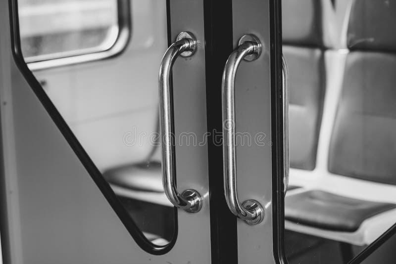 Porte dans le train photographie stock libre de droits