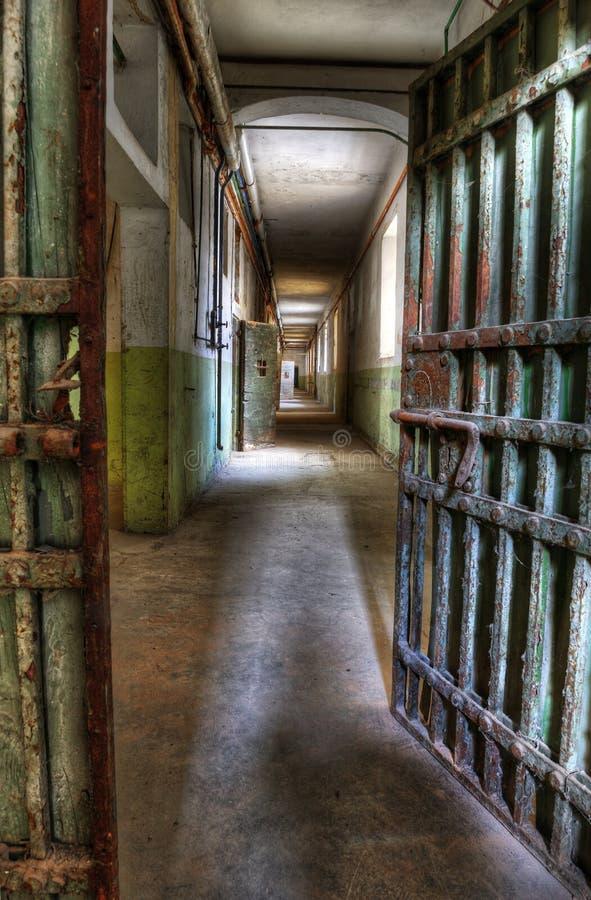 Porte dans une prison abandonnée images libres de droits