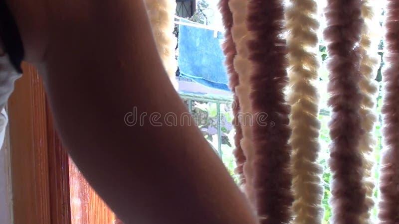 Porte de balcon d'ouverture de femme banque de vidéos