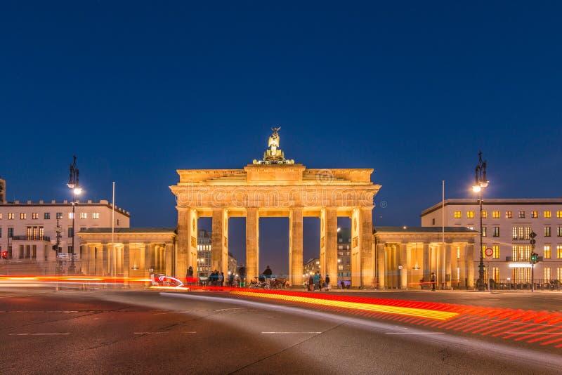 Porte de Brandebourg la nuit avec l'effet de la lumière des conducteurs de voiture photographie stock libre de droits