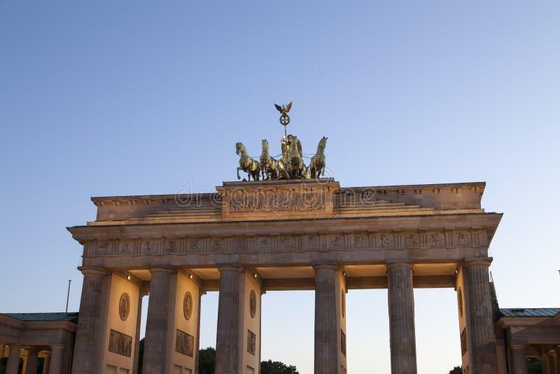 Porte de Brandenburger dans la soirée image stock