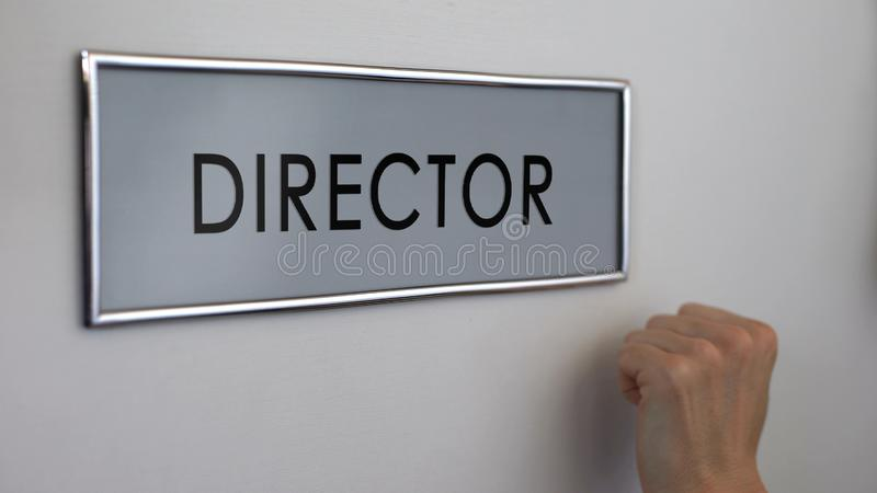 Porte de bureau de directeur, main de directeur frappant le plan rapproché, chef de société commerciale photos libres de droits