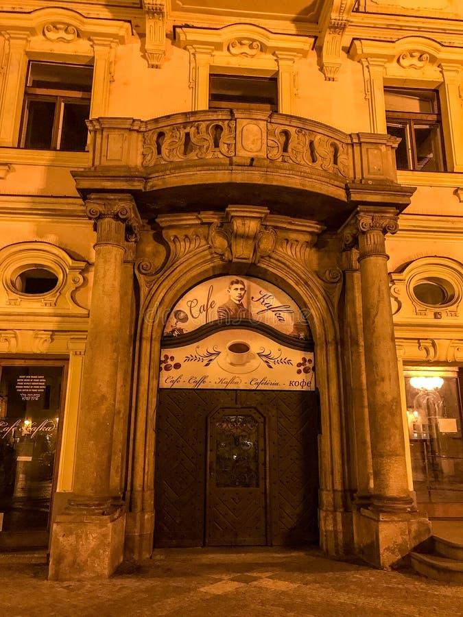 Porte de café Kafka, vieille ville Prague, égalisant image libre de droits