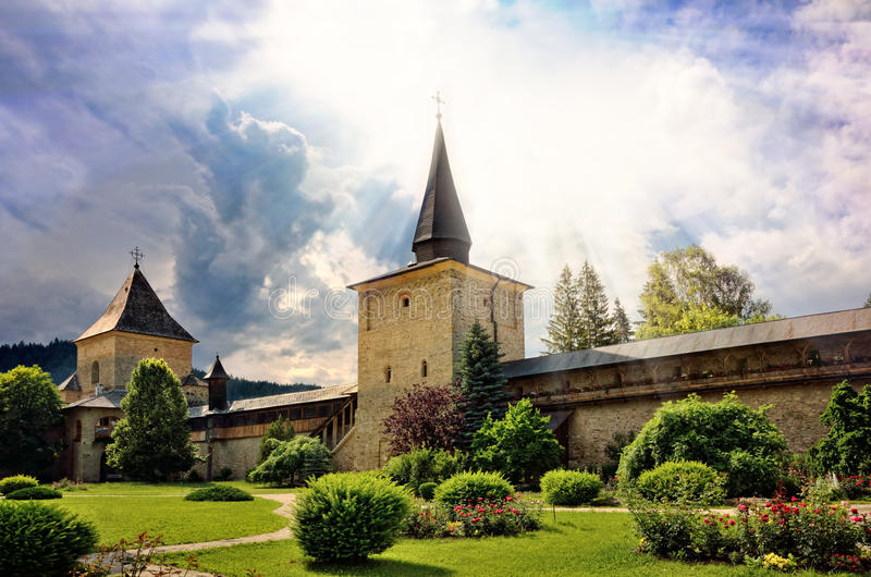 Porte de ciel. Les murs de monastère de défensive images stock