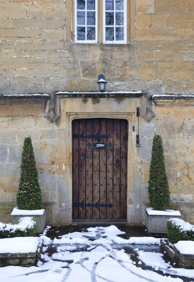 Porte de cottage avec la neige photographie stock
