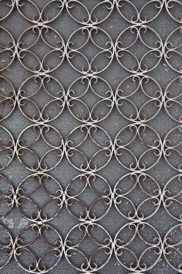 Porte de fer de vintage avec le modèle de cercles photographie stock