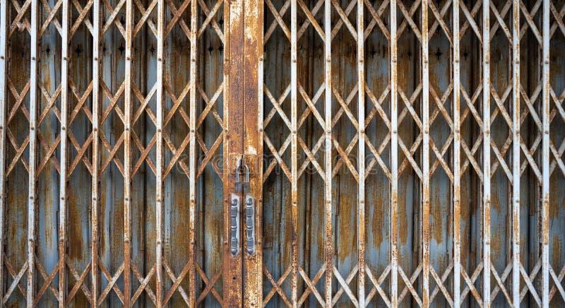 Porte de fer devant la maison de la Chine image libre de droits