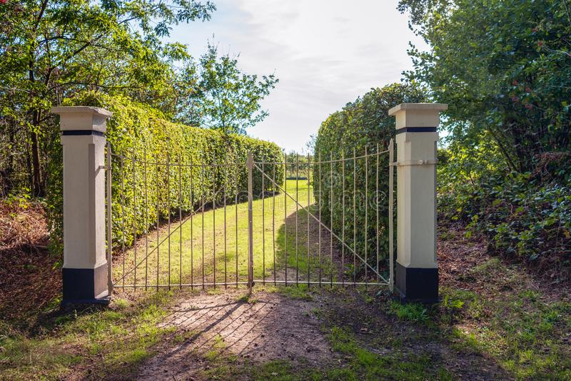 Porte de fer entre deux piliers en pierre photo libre de droits