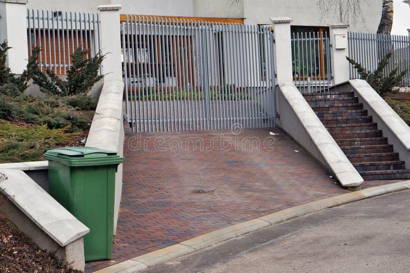 Porte de fer et déchets verts photo stock