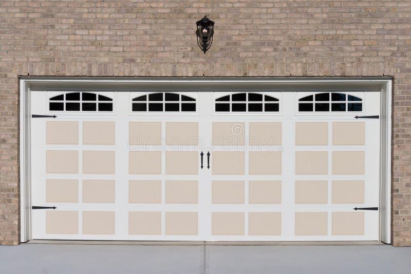 Porte de garage de deux voitures photo stock