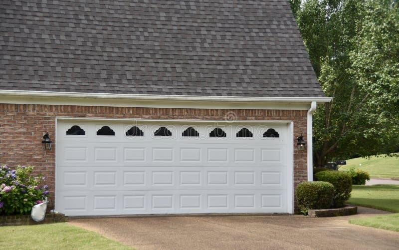 Porte de garage nouvellement installée images stock