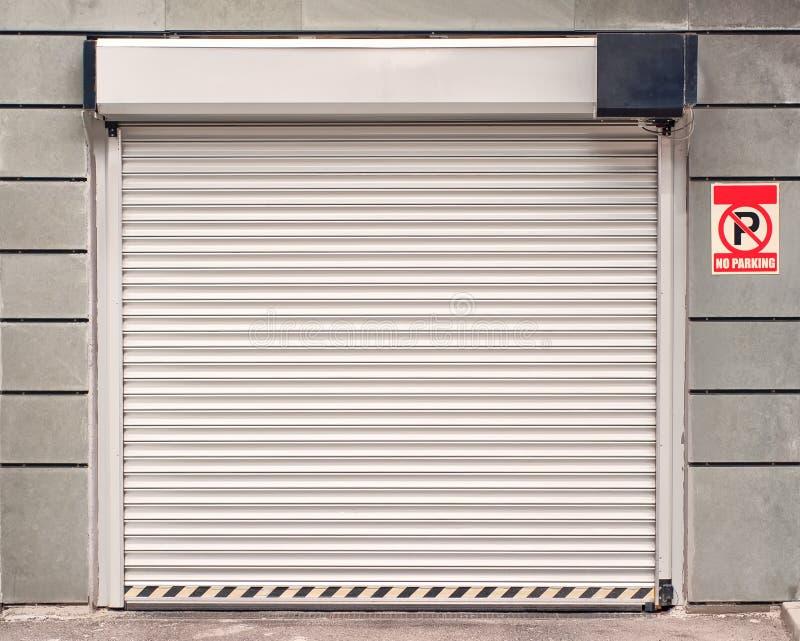 Porte de garage sans le signe de stationnement photo libre de droits