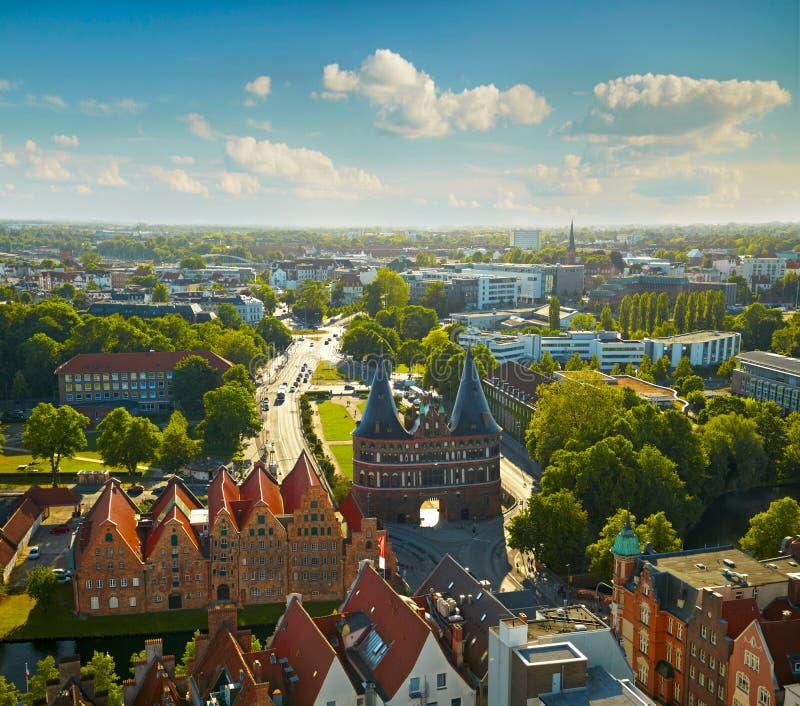 Porte de Holstentor dans la vieille ville de Lübeck images stock