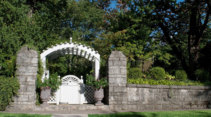 Porte de jardin avec le mur en pierre photo stock image for Mur de pierre jardin