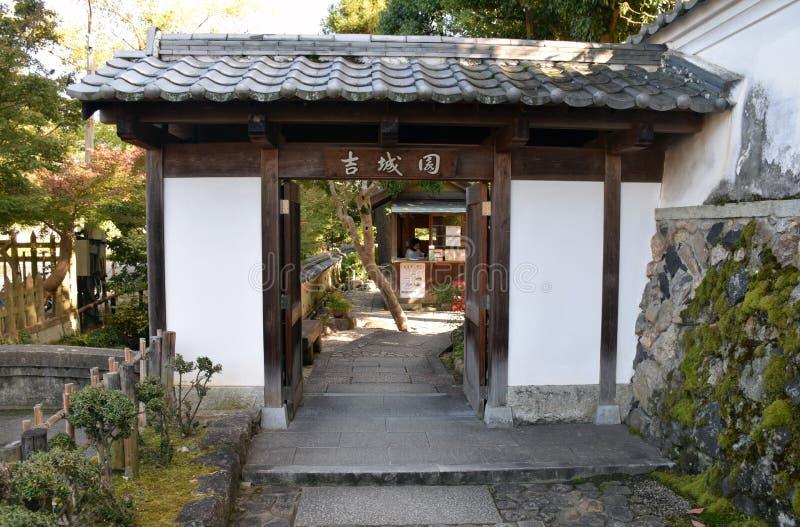 Porte de jardin de Yoshikien, Nara image stock