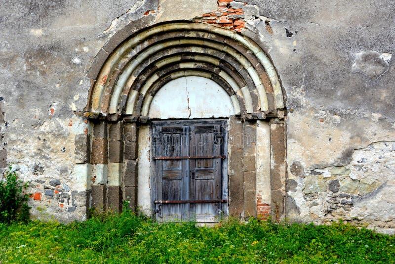 Porte de l'église saxonne enrichie médiévale dans Ungra, la Transylvanie images stock