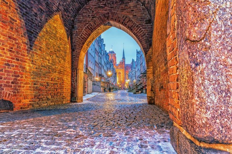 Porte de Mariacka et la rue à Danzig, vieille ville, Pologne photo libre de droits