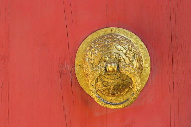 Porte de poignée sur le fond en bois image libre de droits